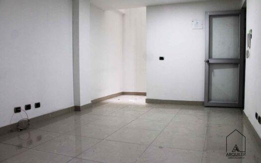En arriendo 𝐨𝐟𝐢𝐜𝐢𝐧𝐚 en barrio Guanteros, Envigado, de 𝟐𝟐 𝐦𝐭𝟐, distribuidos en: 𝐦𝐨𝐧𝐨𝐚𝐦𝐛𝐢𝐞𝐧𝐭𝐞 y 𝐮𝐧 𝐛𝐚ñ𝐨. Es un segundo piso de un edificio con acabados modernos, tiene 𝐛𝐞𝐥𝐥𝐨𝐬 𝐚𝐜𝐚𝐛𝐚𝐝𝐨𝐬, piso en porcelanato, paredes estucadas y citófono.