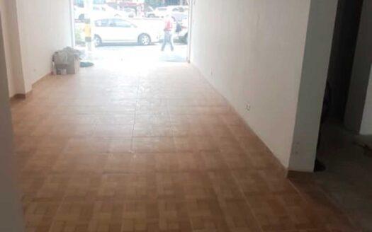 Este local le brindará 𝐦𝐮́𝐥𝐭𝐢𝐩𝐥𝐞𝐬 𝐩𝐨𝐬𝐢𝐛𝐢𝐥𝐢𝐝𝐚𝐝𝐞𝐬 por su 𝐚𝐦𝐩𝐥𝐢𝐭𝐮𝐝 y 𝐨𝐩𝐭𝐢𝐦𝐚 𝐝𝐢𝐯𝐢𝐬𝐢𝐨́𝐧 𝐞𝐬𝐩𝐚𝐜𝐢𝐚𝐥. Además, se encuentra ubicado en una 𝐞𝐱𝐜𝐞𝐥𝐞𝐧𝐭𝐞 𝐩𝐮𝐧𝐭𝐨 𝐝𝐞 𝐥𝐚 𝐜𝐢𝐮𝐝𝐚𝐝, la avenida 33 se ha caracterizado por ser un sector comercial, es cercano al Centro Comercial San Diego, Centro Comercial Unicentro, Hospital General y Universidad Pontificia Bolivariana. Es aledaño a las 𝐩𝐫𝐢𝐧𝐜𝐢𝐩𝐚𝐥𝐞𝐬 𝐯𝐢́𝐚𝐬 de acceso como la Avenida Regional, Autopista Sur y Avenida Guayabal, es cercana a la estación Exposiciones del Metro y circulan varias rutas de bus.